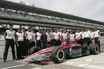 Kenny Brack poses with Danica Patrick, Buddy Rice and Rahal Letterman Racing team members