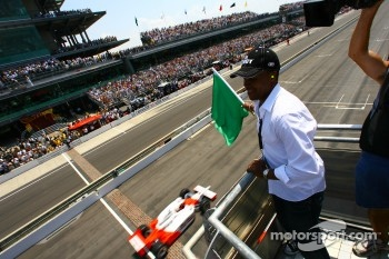 Sugar Ray Leonard waves the green flag to start the Indianapolis 500