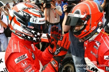 Sam Hornish Jr. congratulates Helio Castroneves after the Checkers/Rally's Pitstop Competition