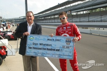 Dan Wheldon accepts the fastest lap of the day award