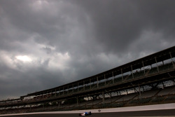 Graham Rahal, Service Central Chip Ganassi Racing qualifies under a menacing sky