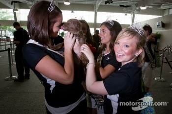 Indy 500 princesses have fun with the dog of Tomas Scheckter
