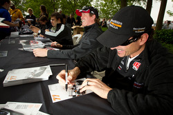 Alex Tagliani, Sam Schmidt Motorsports shares a laugh with Scott Dixon, Target Chip Ganassi Racing