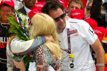 Victory circle: race winner Dan Wheldon, Bryan Herta Autosport with Curb / Agajanian celebrates with Bryan Herta and his wife