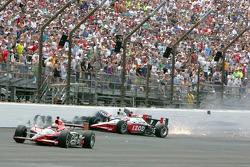 Ryan Briscoe, Team Penske, and Townsend Bell, Sam Schmidt Motorsports crash