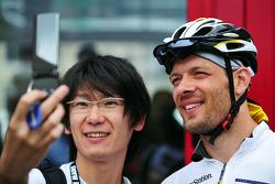 Alexander Wurz with a fan