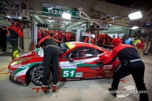 PIt stop for #51 AF Corse Ferrari 458 Italia: Giancarlo Fisichella, Gianmaria Bruni, Toni Vilander