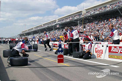 Pitstop competition: Kenny Brack and Helio Castroneves