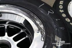 Broken wheel on Gil de Ferran car