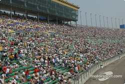 Kansas crowd before the race
