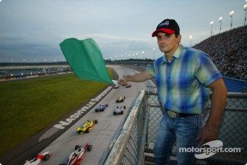 Honorary started and country singer Brad Paisley giving the green flag