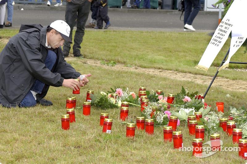 Roberto Moreno lighting up a candle