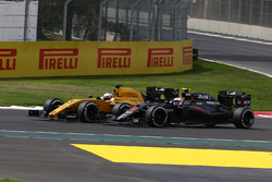 Jenson Button, McLaren Honda F1 Team MP4-31 and Jolyon Palmer, Renault Sport F1 Team RE16