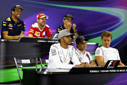 FIA-Pressekonferenz: Daniel Ricciardo, Red Bull Racing; Sebastian Vettel, Ferrari; Max Verstappen, Red Bull Racing; Charlie Whiting, FIA-Rennleiter; Lewis Hamilton, Mercedes AMG F1; Felipe Massa, Williams; Nico Rosberg, Mercedes AMG F1