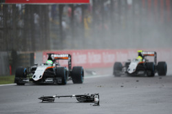 Nico Hülkenberg, Sahara Force India F1 VJM09, und Sergio Perez, Sahara Force India F1 VJM09, passieren Trümmer auf der Strecke