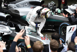 Race winner Lewis Hamilton, Mercedes AMG F1 and second place Nico Rosberg, Mercedes AMG F1 in Parc Ferme
