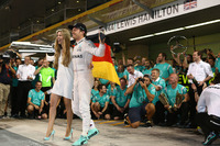 F1 写真 - Nico Rosberg, Mercedes AMG Petronas F1 celebrates winning the world championship with Vivian Rosberg, his friends and team