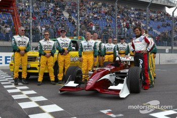 Alex Zanardi poses with the Simple Green safety crews who were instrumental in the extraction from his car after his accident two years ago