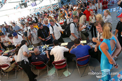 Drivers autograph session: the crowd