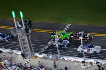 Elliott Sadler, Kevin Harvick Inc. Chevrolet leads the field on a restart