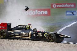 Nick Heidfeld, Lotus Renault GP and Sebastien Buemi, Scuderia Toro Rosso crash