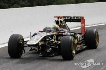 Bruno Senna, Lotus Renault GP with a broken front wing