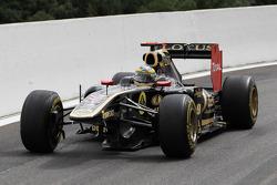 Bruno Senna, Lotus Renault GP with a broken front wing