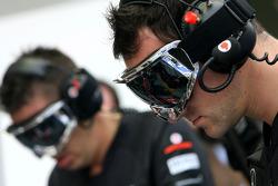 McLaren Mercedes mechanics