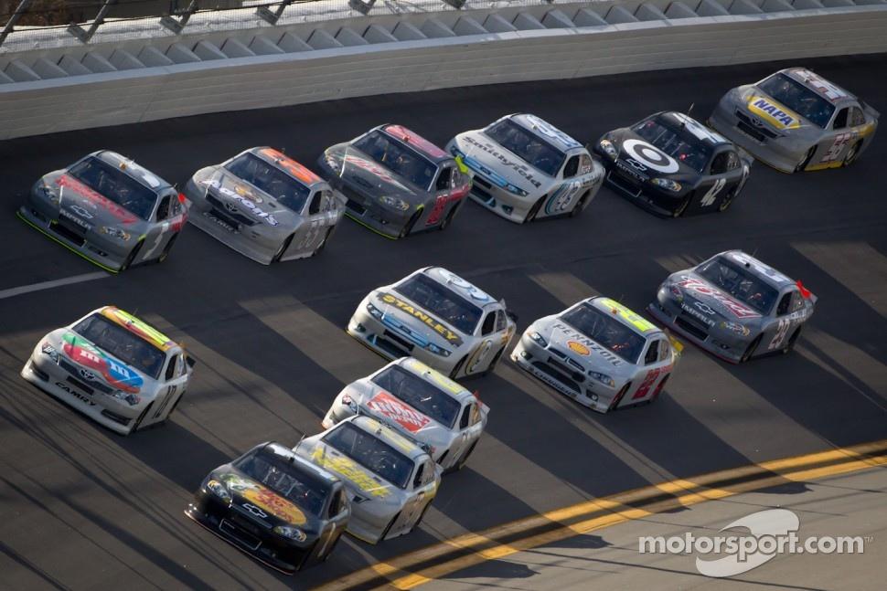 Jamie McMurray, Earnhardt Ganassi Racing Chevrolet and Kyle Busch, Joe Gibbs Racing Toyota lead the pack