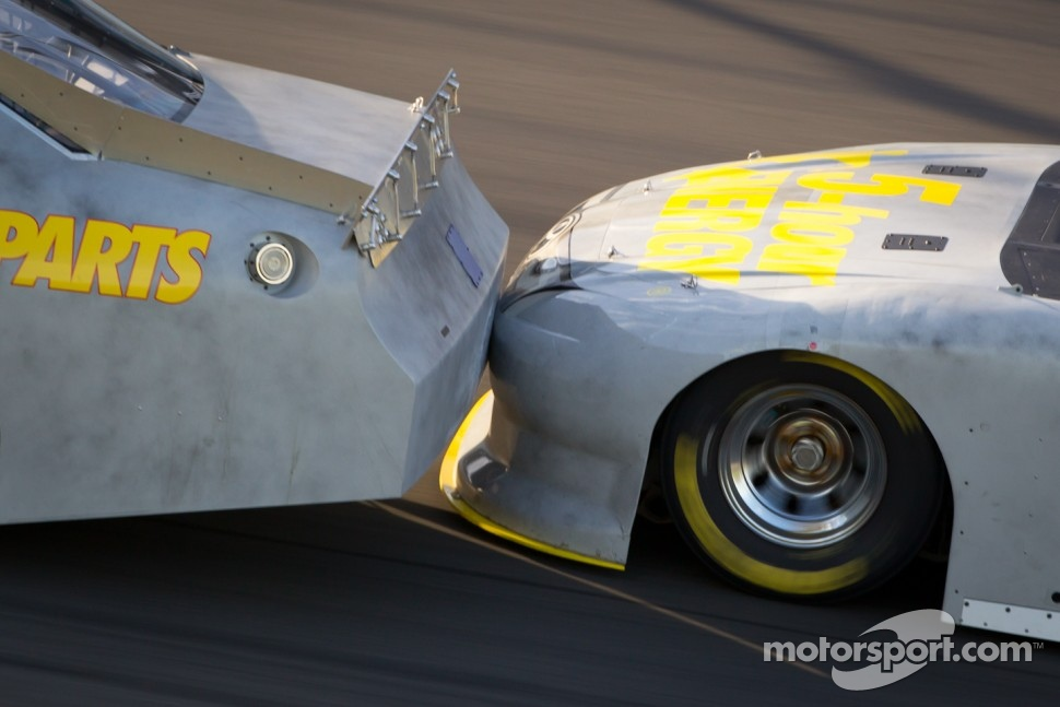 Drafting closeup: Martin Truex Jr., Michael Waltrip Racing Toyota, Clint Bowyer, Michael Waltrip Racing Toyota