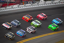 Ryan Newman, Stewart-Haas Racing Chevrolet leads a group of cars