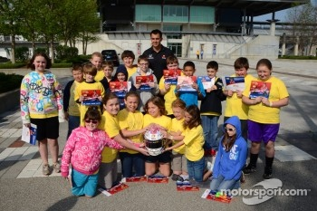 Graham Rahal, Service Central Chip Ganassi Racing Honda with young fans