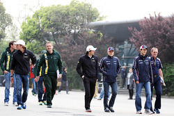 Dani Clos, HRT Formula One Team; Steve Nielsen, Catherham Sporting Director; Pedro De La Rosa, HRT Formula 1 Team; vbop; Bruno Senna, Williams; Dickie Standford, Williams Team Manager