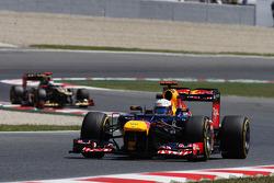 Sebastian Vettel, Red Bull Racing leads Kimi Raikkonen, Lotus F1