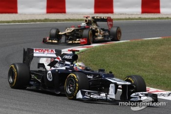 Pastor Maldonado, Williams leads Kimi Raikkonen, Lotus F1