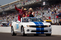 Race winner Dario Franchitti, Target Chip Ganassi Racing Honda takes the victory lap with wife Ashley, Susie Wheldon and Chip Ganassi