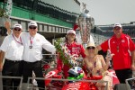Victory circle: race winner Dario Franchitti, Target Chip Ganassi Racing Honda celebrates with wife Ashley, Chip Ganassi and his dad