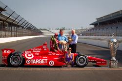 Winners photoshoot: Dario Franchitti, Target Chip Ganassi Racing Honda with his dad and Ashley Judd