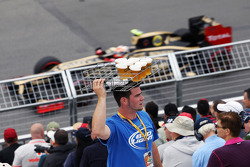 Romain Grosjean, Lotus F1 passes a beer seller in the grandstand