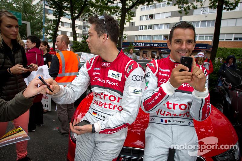 André Lotterer schreibt Autogramme, Benoit Tréluyer fotografiert den Fotografen von Motorsport.com