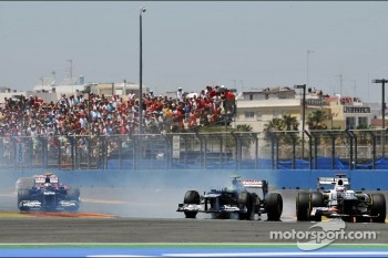 Bruno Senna, Williams and Kamui Kobayashi, Sauber make contact and Senna spins