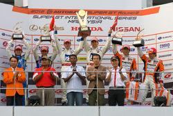 GT500 podium: winners Carlo Van Dam and Takashi Kogure, second place Yuji Tachikawa and Kohei Hirate, third place Daisuke Ito and Kazuya Oshima