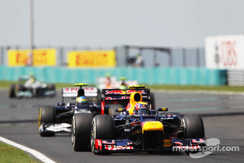 Mark Webber, Red Bull Racing leads Bruno Senna, Williams
