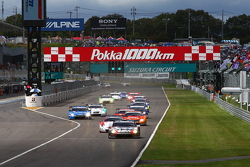 GT500 start: #1 Mola Nissan GT-R: Masataka Yanagida, Ronnie Quintarelli leads the field