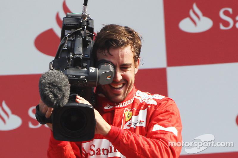 Podium: Fernando Alonso, Ferrari takes control of a FOM camera