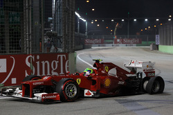 Felipe Massa, Ferrari with punctured rear tyre at the start of the race