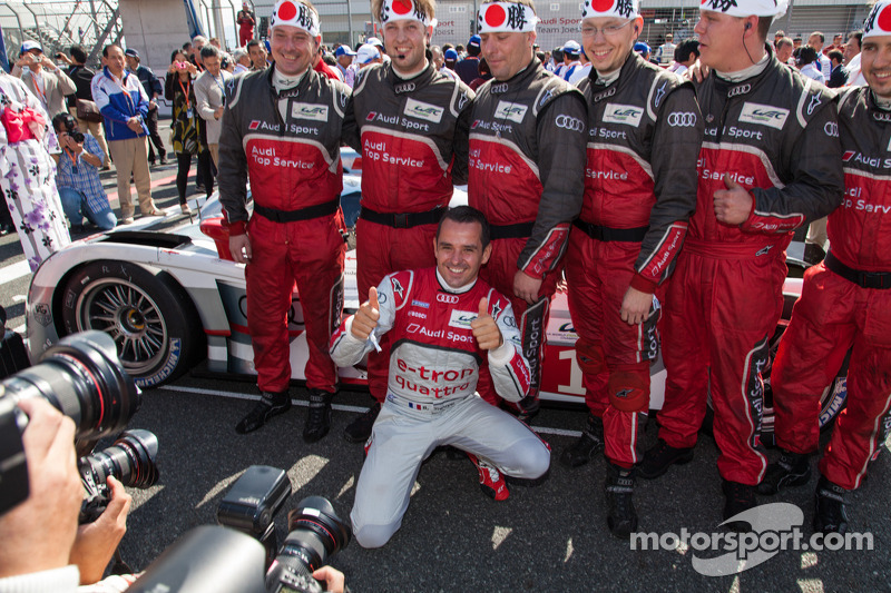 Benoit Tréluyer and Audi pit crew