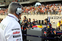 Ross Brawn, Mercedes AMG F1 Team Principal looks at the Red Bull Racing of map on the grid