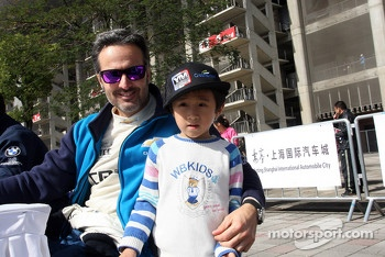 Yvan Muller, Chevrolet Cruze 1.6T, Chevrolet and a fan