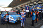 Grid Girl of Alain Menu, Chevrolet Cruze 1.6T, Chevrolet